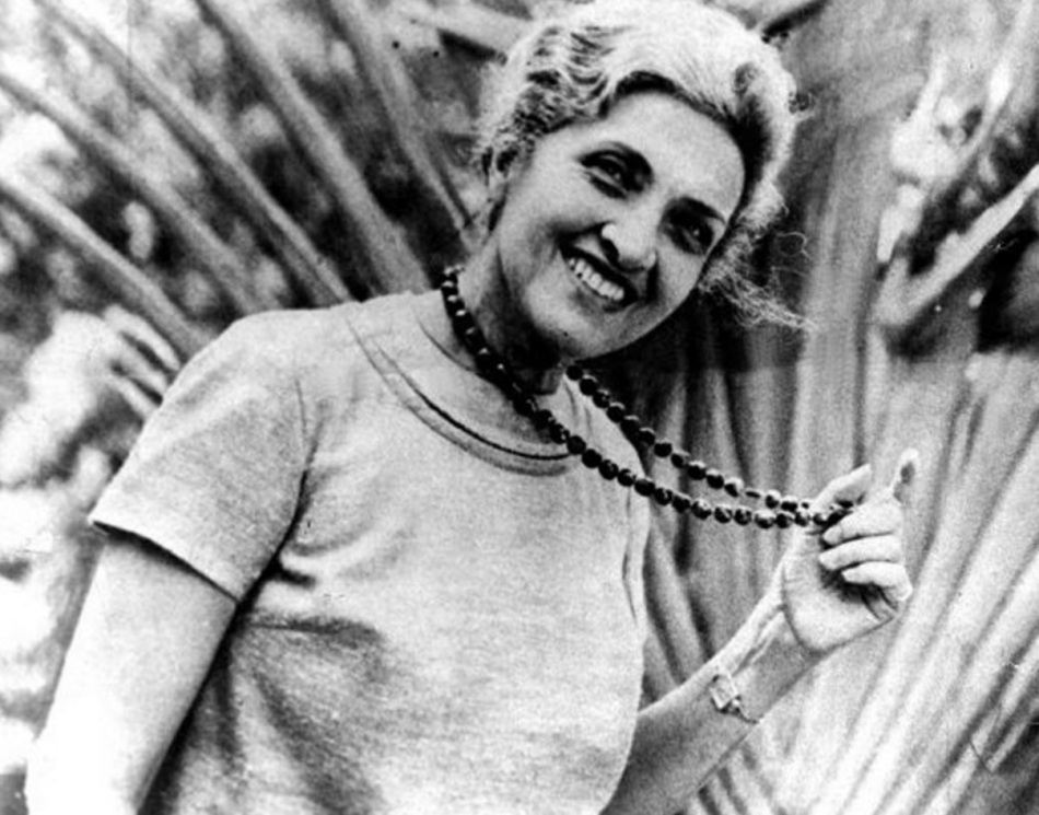 cecilia-meireles-escritora-poetisa-pintora-professora-e-jornalista-sorrindo-plantas-de-fundo-1207x947
