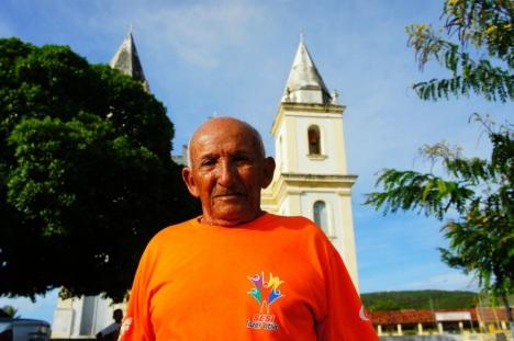 3 de Junho - Morador da cidade em frente à Igreja Matriz - Piranhas (AL) - 130 Anos.