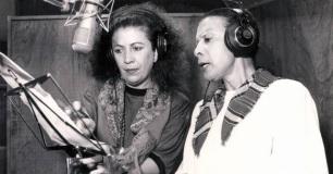 16 de Julho - Elizeth Cardoso - 1920 – 97 Anos em 2017 - Acontecimentos do Dia - Foto 8 - No estúdio, gravando com Beth Carvalho.