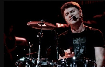 3-de-fevereiro-serginho-herval-baterista-e-cantor-brasileiro-roupa-nova