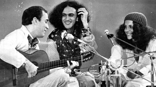 10 de Junho - João Gilberto - cantor, violonista e compositor brasileiro - tocando com Caetano Veloso e Gal Costa.