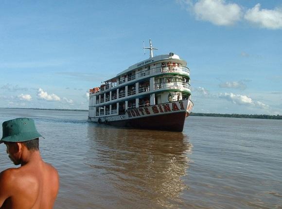 25 de Abril - Itacoatiara (AM) - Barco no rio Amazonas. O transporte fluvial nessa região é muito comum, pois existem poucas estradas.