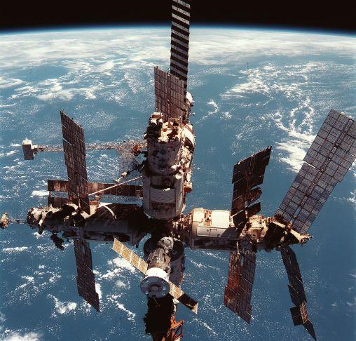 23 de Março - 2001 - A estação Mir é desativada.