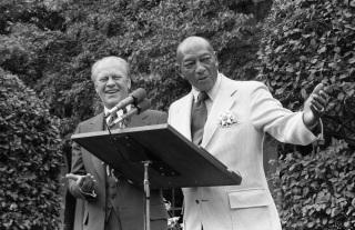 12 de Setembro – Jesse Owens - 1913 – 104 Anos em 2017 - Acontecimentos do Dia - Foto 16 - Jesse Owens sendo condecorado pelo Presidente Gerald Ford, em 1976.