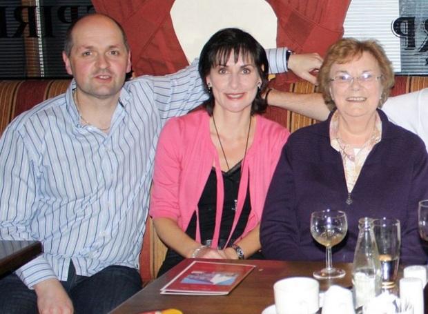 17 de Maio - Enya com a mãe e o irmão.