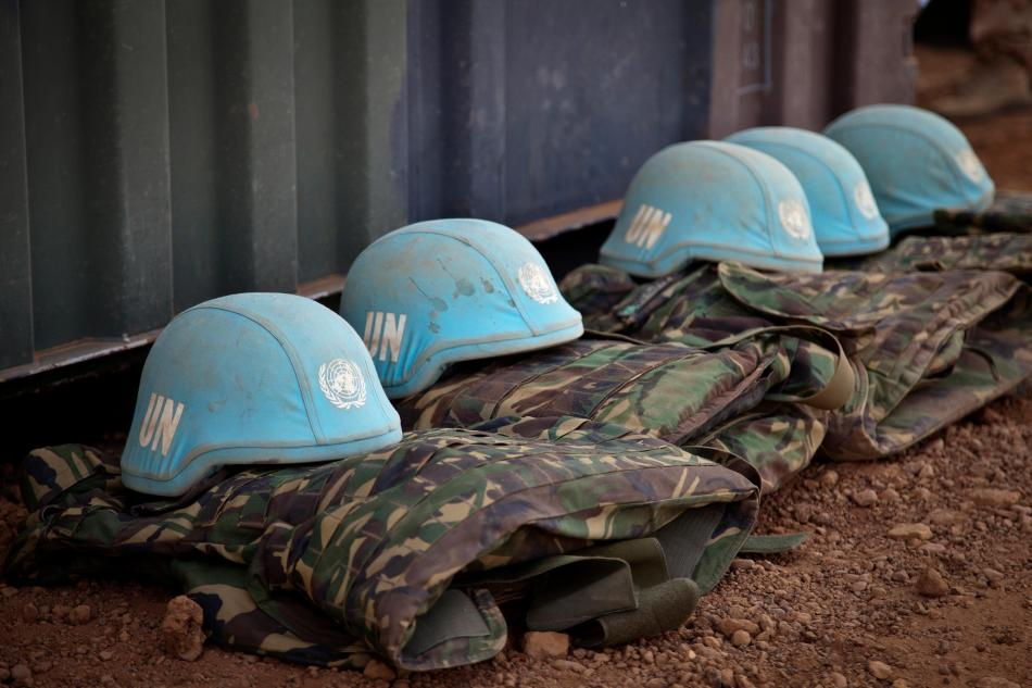 Capacetes azuis, usados pelas tropas de paz da ONU. Foto-UN Photo-Marco Dormino