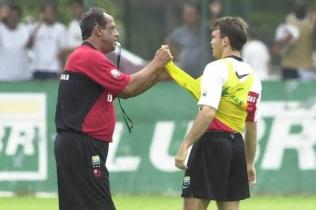 17 de Julho - Carlos Alberto Torres - 1944 – 73 Anos em 2017 - Acontecimentos do Dia - Foto 13 - Como técnico do Flamengo, ao lado de Petkovic, durante treino - 2001.