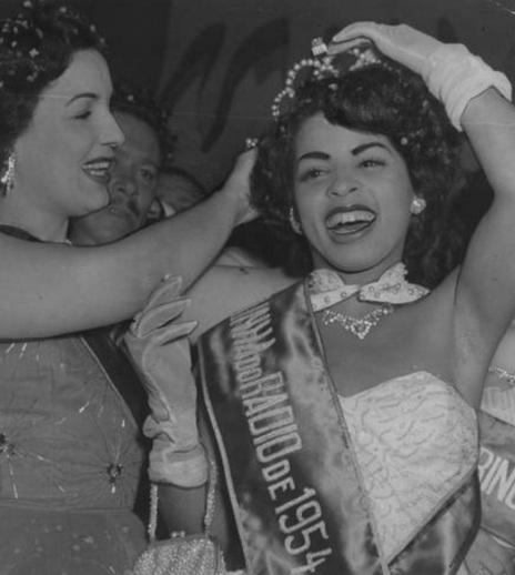 13 de Maio - Emilinha Borba passa a faixa de Rainha do Rádio para Ângela Maria, em 1954.