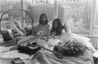 25 de Março - 1969 — Durante sua lua de mel, John Lennon e Yoko Ono realizam seu primeiro Bed-In for Peace no Amsterdam Hilton Hotel (até 31 de março).
