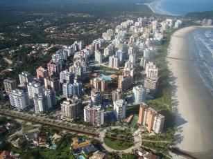 19 de Maio - Vista aérea da praia e dos condomínios em Bertioga - SP.