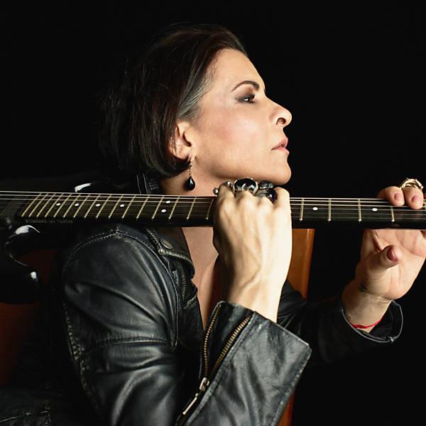 Marina Lima diz que o show No Osso, de voz e violão, é ao mesmo tempo despojado e íntimo.