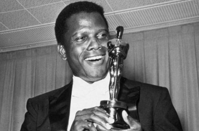 13 de Abril - 1964 — No Oscar, Sidney Poitier se torna o primeiro afro-americano a ganhar o prêmio de Melhor Ator pelo filme de 1963 Lilies of the Field.
