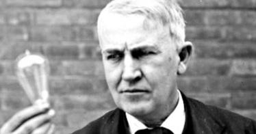 11-de-fevereiro-thomas-edison-cientista-e-inventor-norte-americano-com-uma-lampada