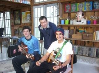 12 de Março - Glauco, cartunista brasileiro (em pé), o filho Raoni (sentado à esquerda), com um amigo, Jonas (à direita).