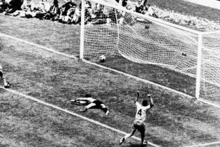 17 de Julho - Carlos Alberto Torres - 1944 – 73 Anos em 2017 - Acontecimentos do Dia - Foto 5 - Gol na final contra a Itália, em 1970.