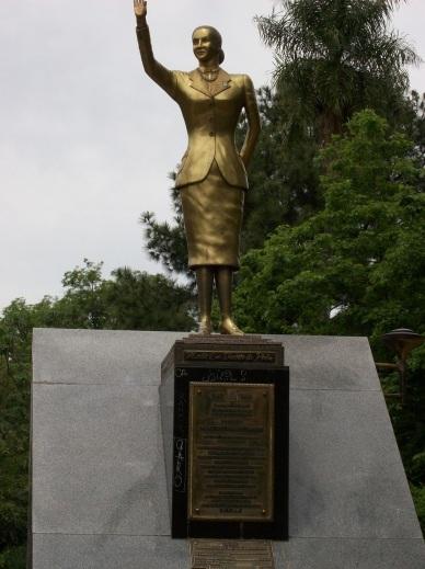 7 de Maio - Estátua de Eva Perón na Praça 25 de Mayo.