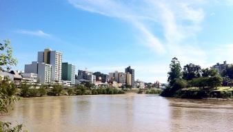 2 de Setembro – Centro da cidade visto da confluência do Ribeirão Garcia com o Rio Itajaí-Açu — Blumenau (SC) — 167 Anos em 2017.