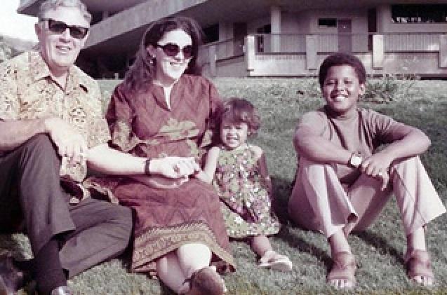 Obama com sua meia-irmã, Maya Soetoro-Ng, sua mãe, Ann Dunham, e o avô, Stanley Dunham, em Honolulu, Havaí.