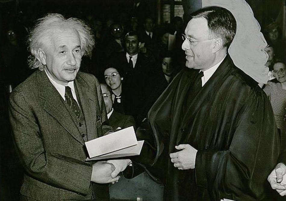 Albert Einstein, um refugiado do nazismo alemão, tornando-se cidadão americano em 1940.