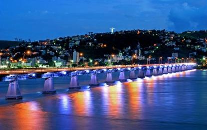 22 de Agosto — Vista noturna de ponte Florentino Avidos, com Colatina e o Cristo ao fundo — Colatina (ES) — 96 Anos em 2017.