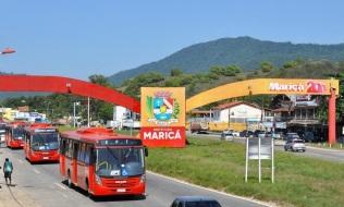 26 de Maio - Carros e ônibus na avenida - Maricá (RJ) 203 Anos