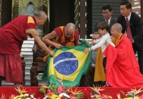26 de Abril - 2006 — Dalai Lama, líder religioso budista, faz visita ao Brasil.