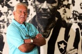 16 de Maio - 1925 – Nilton Santos, futebolista brasileiro, mais velho, com foto sua no Botafogo de fundo.