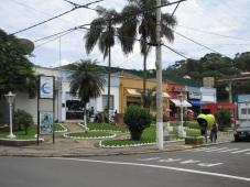 25 de Julho - Sedes da prefeitura (prédio azul, à esquerda) e da câmara municipal (prédio amarelo, ao centro) — Águas de São Pedro (SP) — 77 Anos em 2017.