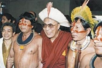 26 de Abril - 2006 - Dalai Lama, líder religioso budista, com índios em visita ao Brasil.