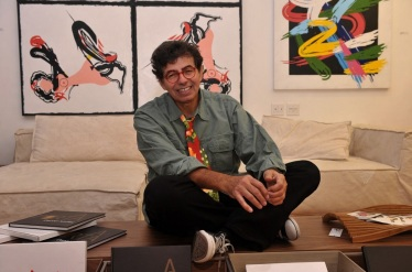 30 de Maio - 1947 – Daniel Azulay, artista plástico, educador, desenhista, compositor e autor de livros - Turma do Lambe-lambe - no escritório.