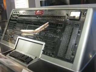 1951 — A Remington Rand entrega o primeiro computador UNIVAC I para o United States Census Bureau;