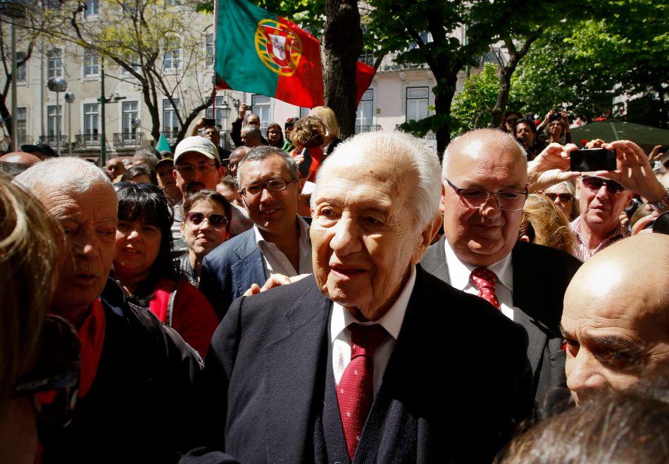 Mário Soares (centro) durante as celebrações do 40.º aniversário da Revolução dos Cravos, em 25 de abril de 2014
