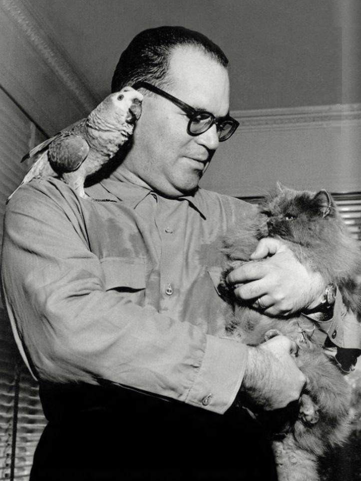 guimaraes-rosa-escritor-medico-e-diplomata-com-papagaio-e-gato