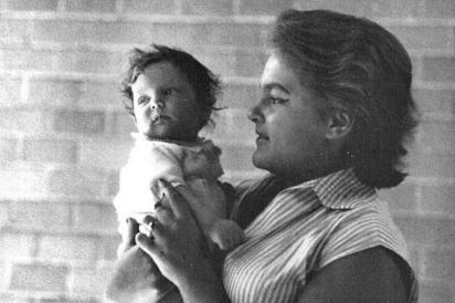 6 de Junho - Maysa com seu filho, Jayme Monjardim, ainda bebê.