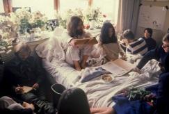 25 de Março - 1969 — Durante sua lua de mel, John Lennon e Yoko Ono realizam seu primeiro Bed-In for Peace no Amsterdam Hilton Hotel, até 31 de março.