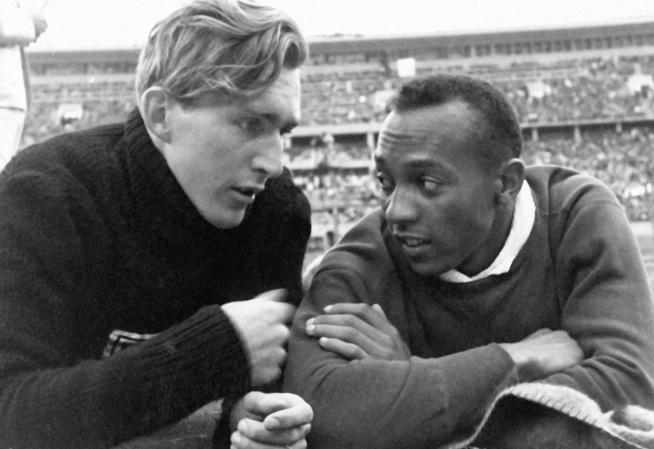 12 de Setembro – Jesse Owens - 1913 – 104 Anos em 2017 - Acontecimentos do Dia - Foto 5 - Lutz Long e Jesse Owens.