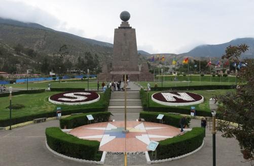 13 de Maio - 1830 – Equador alcança sua independência. Foto do Momunento da Linha do Equador, em Quito, capital do país.