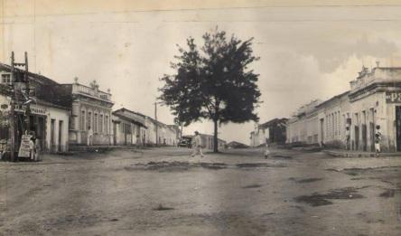 28 de Maio - Praça Nova do Congresso (que se chamava Benjamin Constant) - O casarão da esquerda era a sede da Sociedade 25 de Janeiro — Senhor do Bonfim (BA) - 132 Anos.