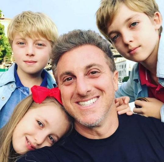 3 de Setembro – Luciano Huck - 1971 – 46 Anos em 2017 - Acontecimentos do Dia - Foto 8 - Luciano com Eva, Benício e Joaquim.