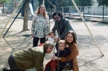4 de Junho - Angelina Jolie ainda criança com sua mãe, Marcheline Bertrand e seu pai, Jon Voight, no parque.