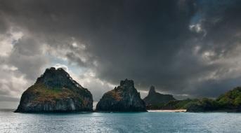 10 de Agosto – Nuvens carregadas cobrindo o céu de Fernando de Noronha. Os meses mais chuvosos na ilha são março, abril e maio — Fernando de Noronha (PE) — 514 Anos em 2017.