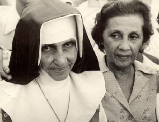 26 de Maio - 1914 – Irmã Dulce, religiosa brasileira - com uma mulher ao lado.