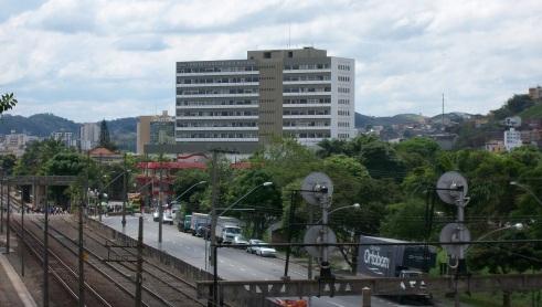31 de Maio - Atual sede da prefeitura, no centro da cidade, em 2011. À esquerda, do outro lado da linha férrea, localiza-se a Praça Doutor João Penido - Juiz de Fora (MG) - 167 Anos.