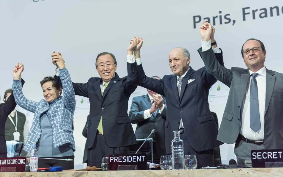 Ban Ki-moon celebra o acordo climático alcançado na COP 21, em 2015 em Paris, com Christiana Figueres, secretária da Convenção do Clima da ONU, Laurent Fabius, ministro das Relações Exteriores da França, e François Hollande, presidente francês. Foto: UN Photo/Mark Garten