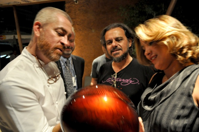 3 de Junho - O chef Alex Atala com clientes em seu restaurante.