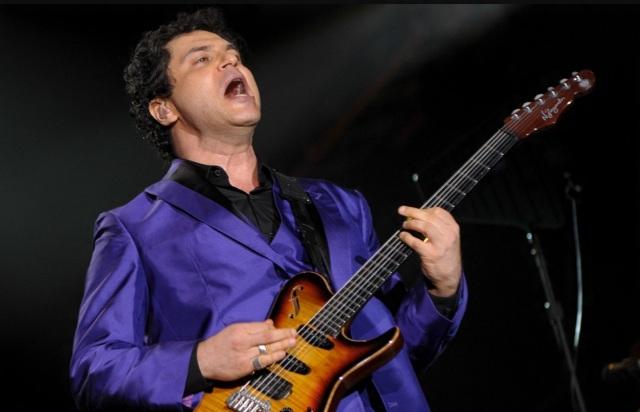 21 de Maio - 1962 – Roberto Frejat, durante show, tocando guitarra.