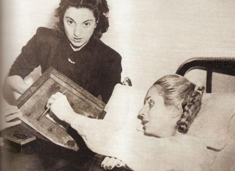 7 de Maio - Eva Perón votando no hospital em 1951.