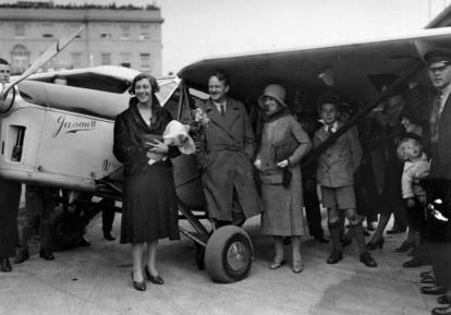 1 de Julho - Amy Johnson, aviadora norte-americana, com sua mãe e amigos, após chegar de Croydon Aerodrome, em Tóquio.
