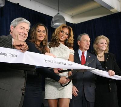 4 de Setembro – Beyoncé - 1981 – 36 Anos em 2017 - Acontecimentos do Dia - Foto 23 - Beyoncé na inauguração do Beyoncé Cosmetology Center em Março de 2010.