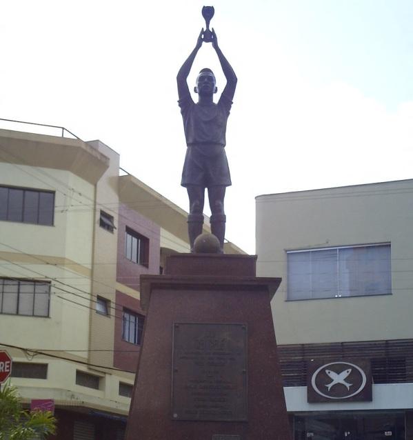 23 de Setembro – A estátua do jogador Pelé, que nasceu na cidade — Três Corações (MG) — 133 Anos em 2017.